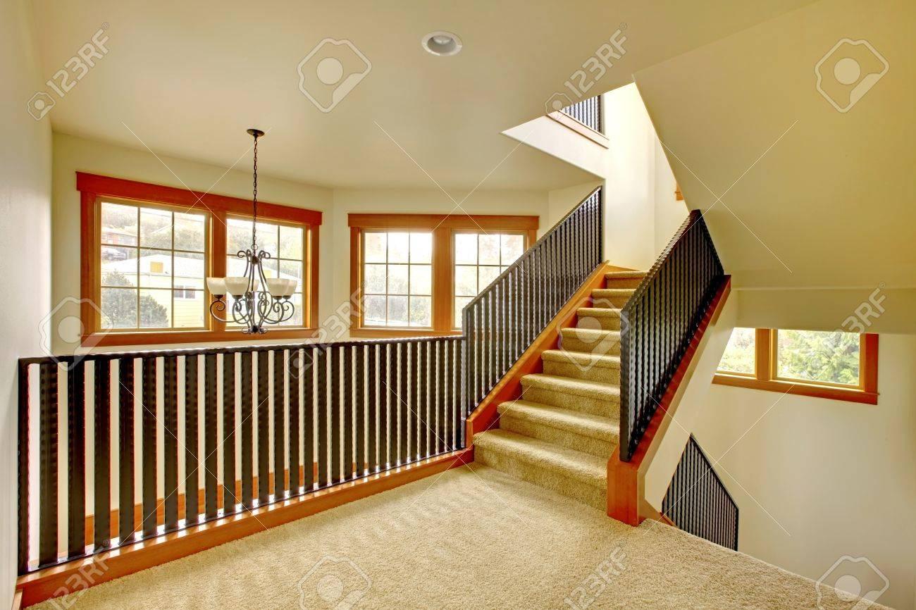 Escalier avec garde-corps en métal. Nouvel intérieur maison de luxe.