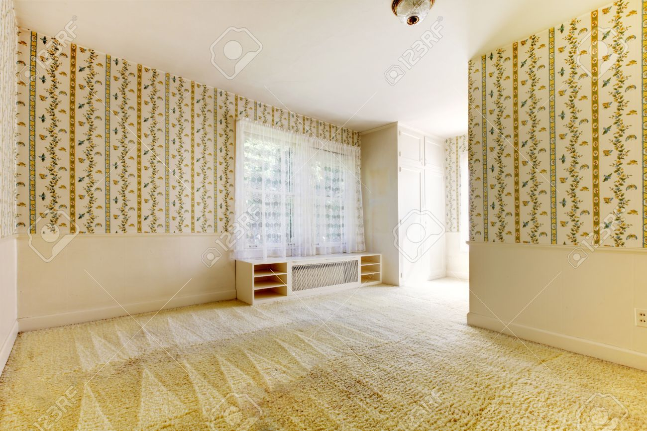 Oude amerikaanse huis slaapkamer interieur met behang en tapijt ...