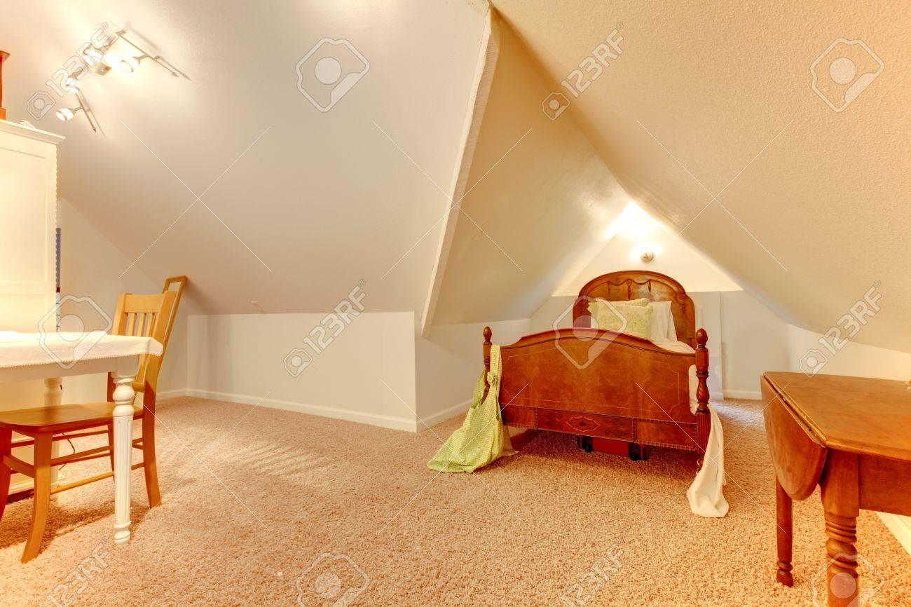 Chambre mansardée avec bureau et petit lit banque d images et