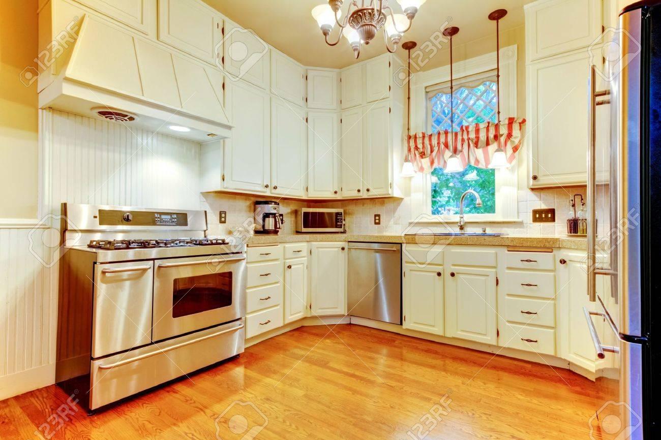 Grote witte keuken in een oude amerikaanse huis met hardhouten ...