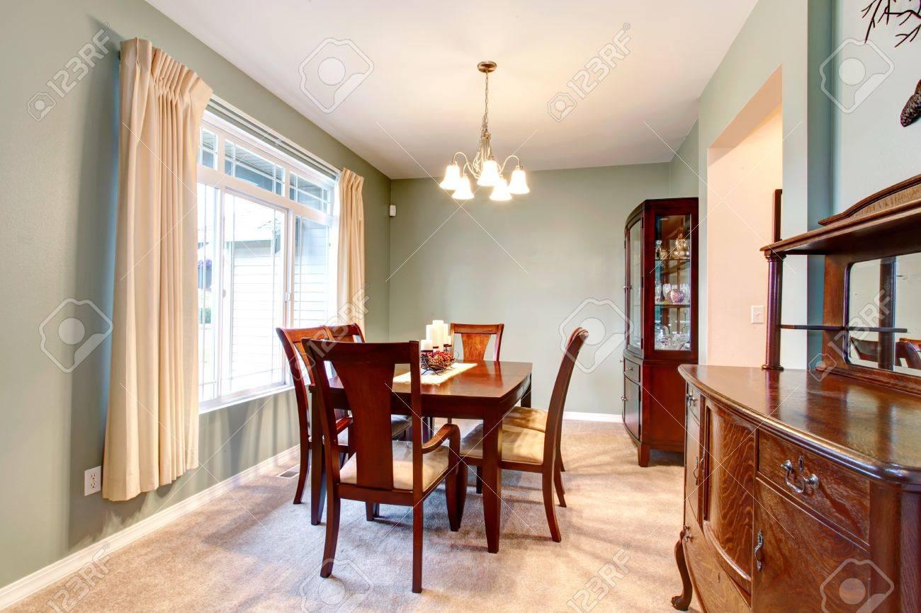 Vert intérieur salle à manger avec un mobilier marron classique et ...