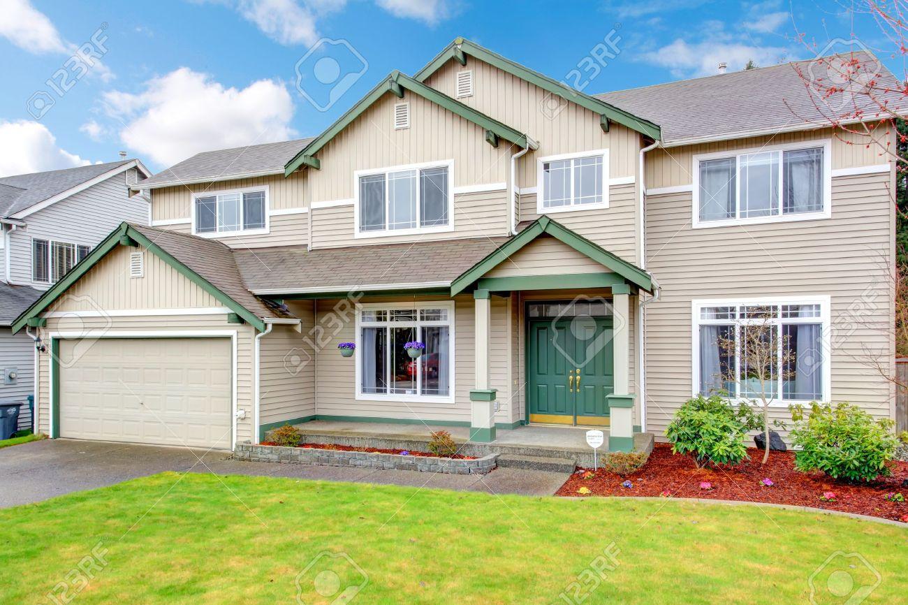 Klassische Neuen Northwest Amerikanischen Großes Haus Außen Mit Beige Und  Grün. Standard Bild