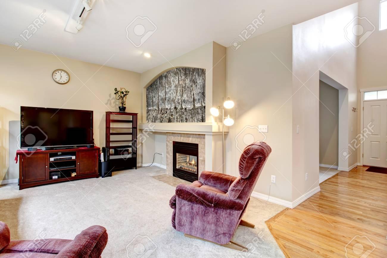 Openhaard In Woonkamer : Grote beige woonkamer inter met open haard tv en roze stoel