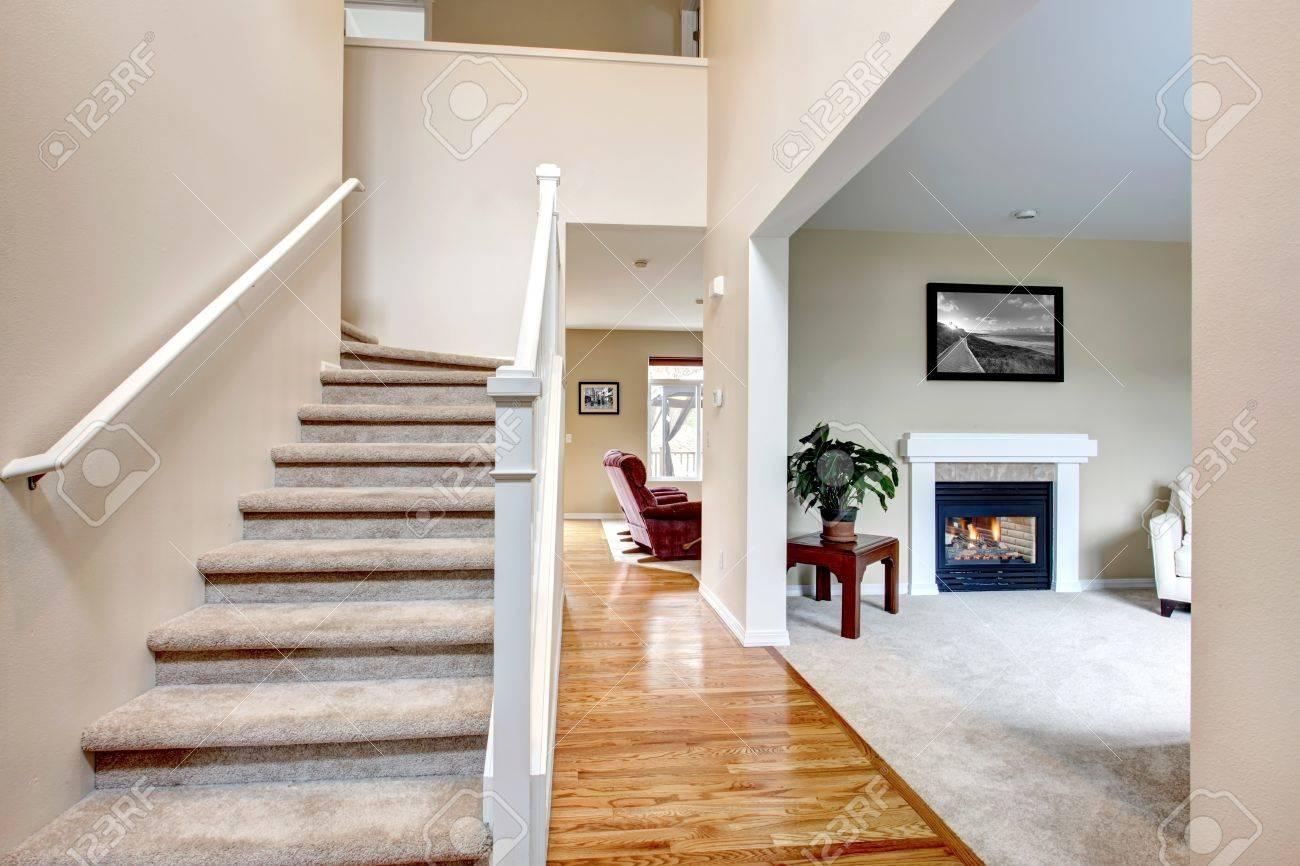 klassische home interior mit wohnzimmer, kamin und treppe