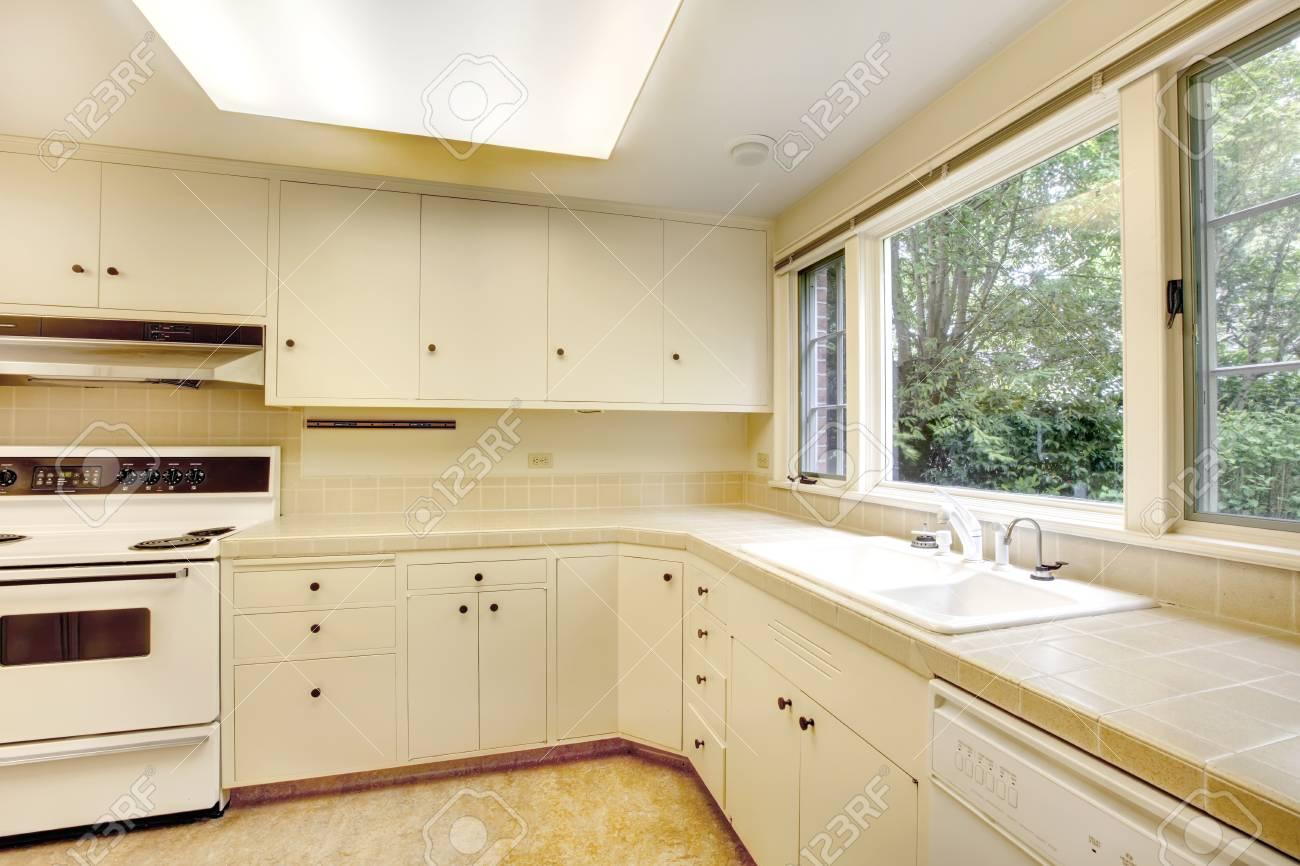 Weiße Leere Einfache Alte Küche Interieur Im Amerikanischen ...