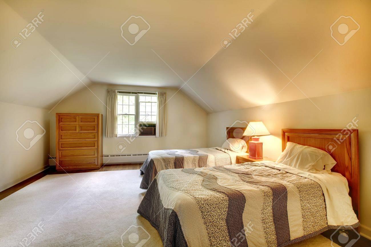dormitorio con muebles sencillos y techo abovedado foto de archivo