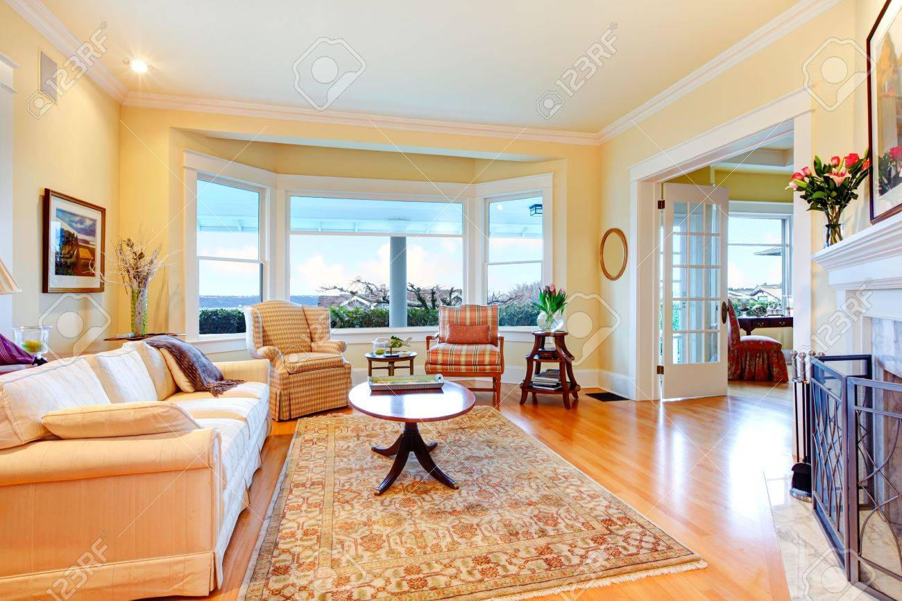 banque dimages or jaune lumineux salon de luxe avec chemine un canap et tapis - Un Salon De Luxe