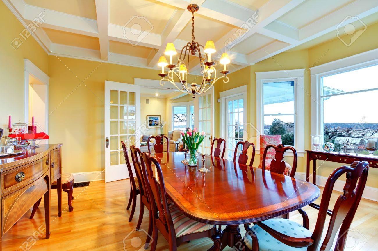 goldene leuchtend gelben luxus esszimmer mit eleganten klassischen