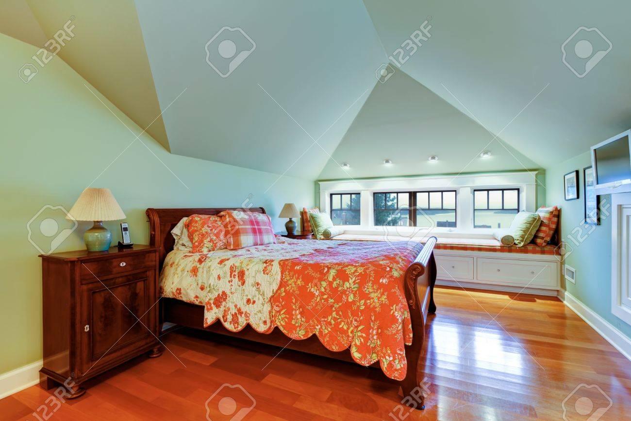 Grünes Schlafzimmer Mit Gewölbter Decke, Parkett Und Fenster Bank ...