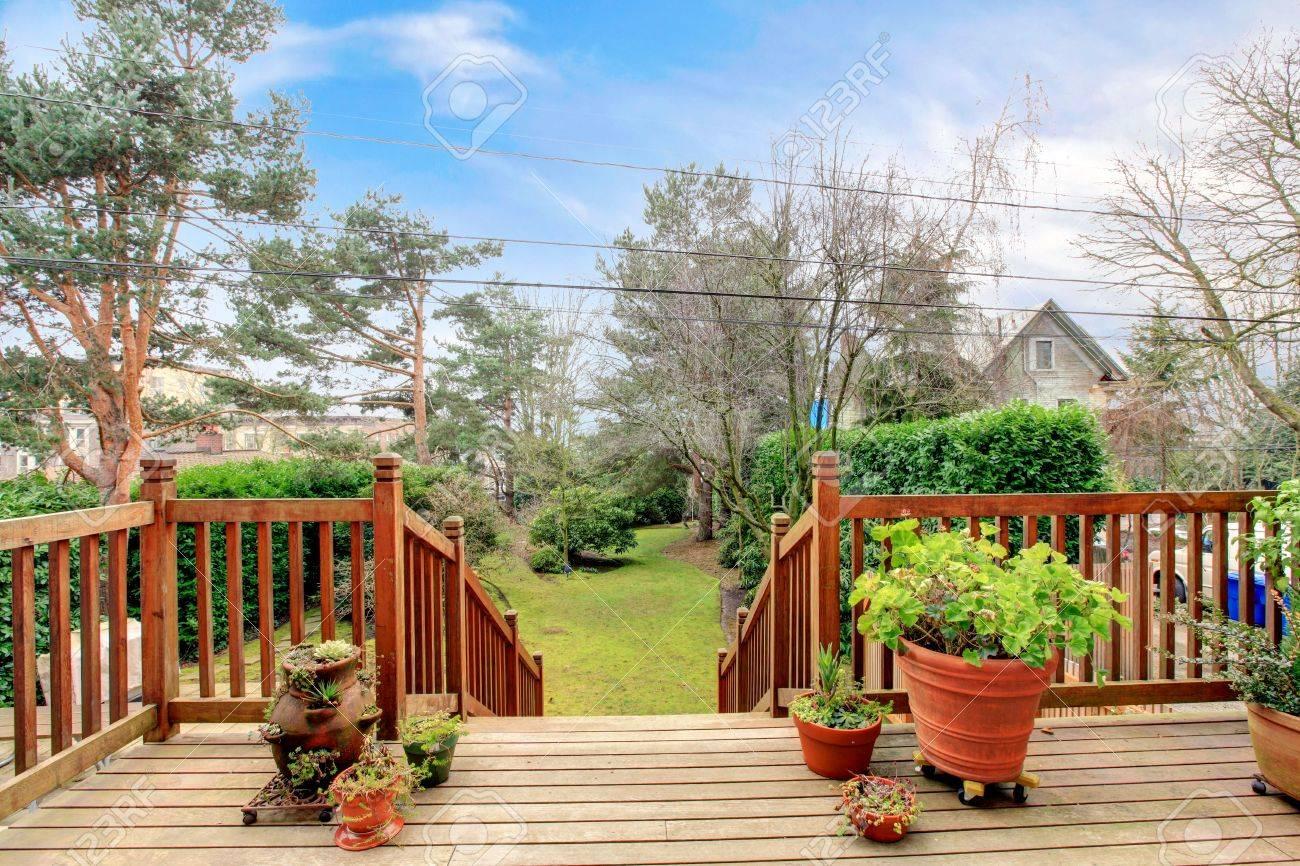 Holz Deck Mit Gelander Und Fruhling Hinterhof Garten Lizenzfreie