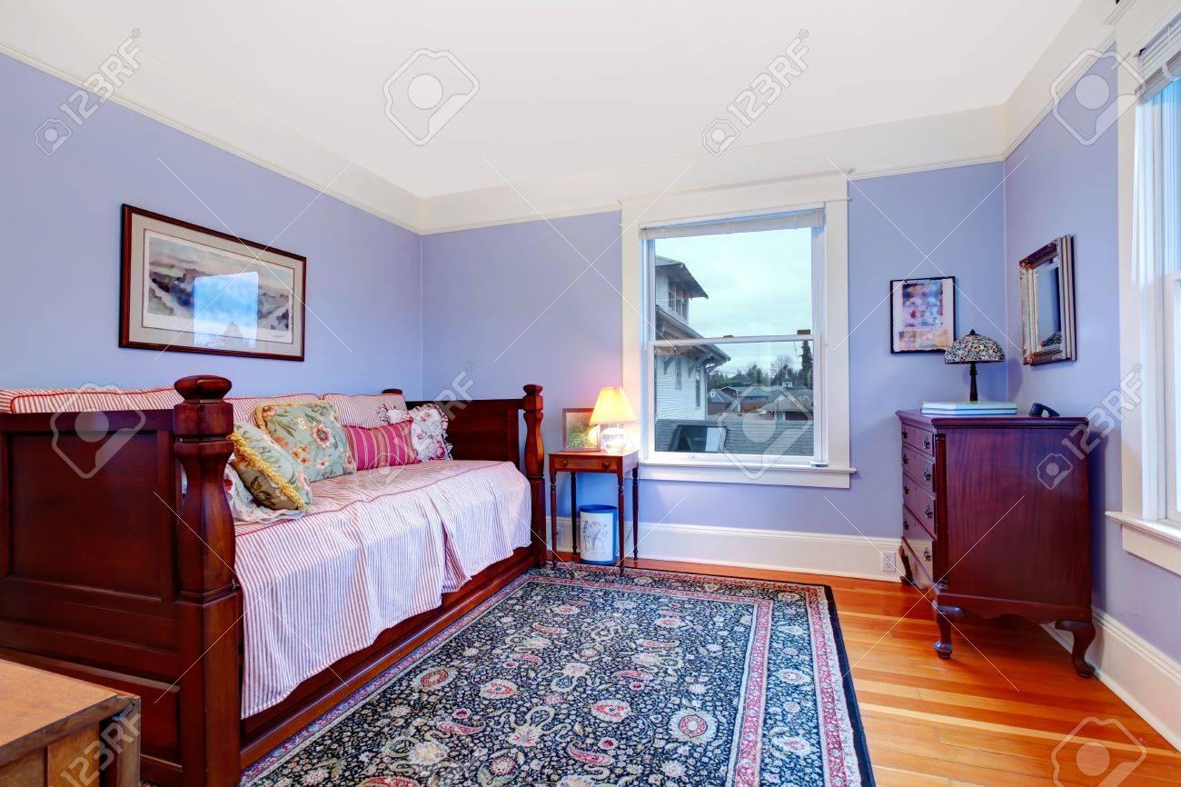 Lila gäste schlafzimmer mit einzelbett und holz tag blauen teppich ...