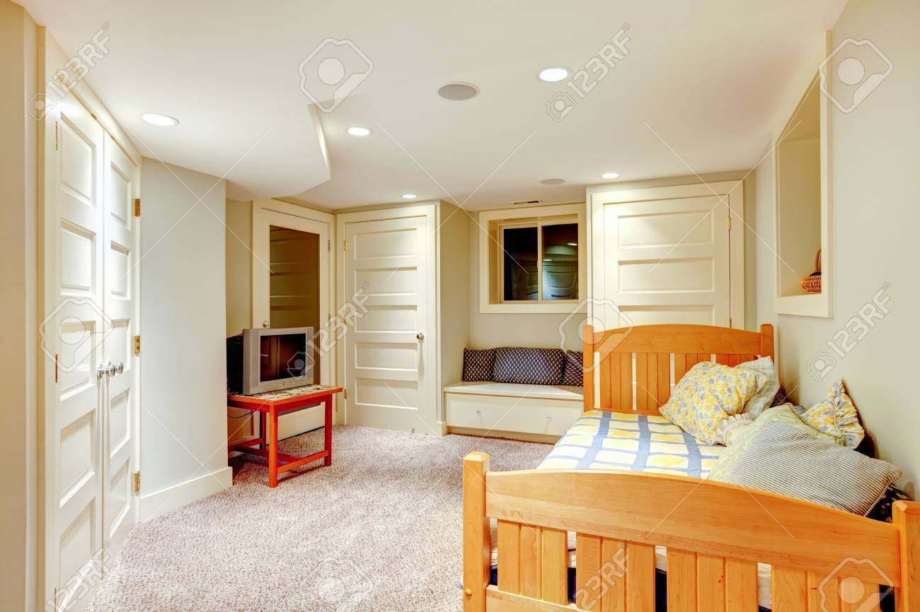 Saubere Und Helle Minimalistisch Keller Schlafzimmer Mit Fenster Bank Und  Viele Türen. Standard Bild