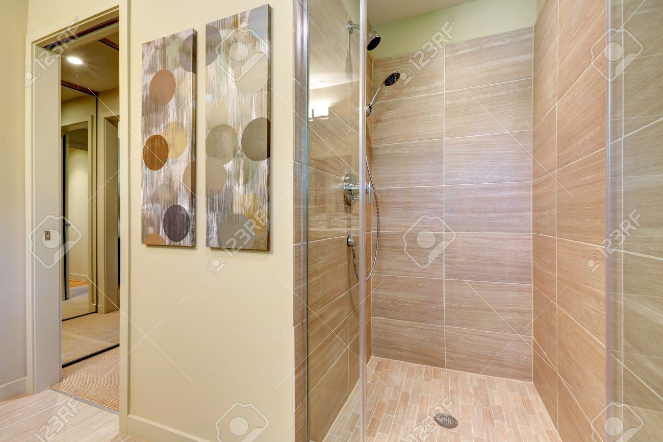 moderne badezimmer-dusche mit glastüren und natürliche farbe fliesen