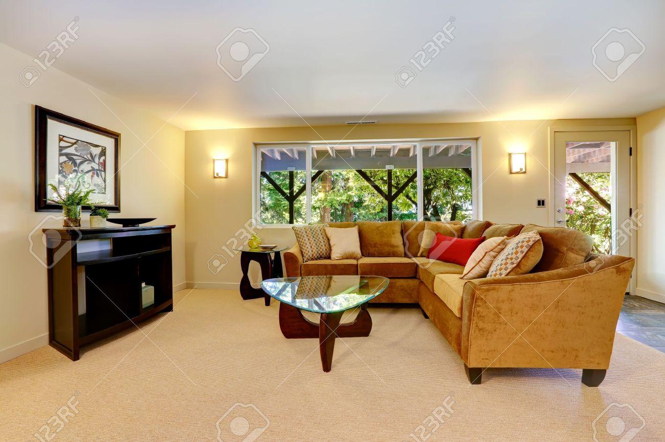 Wohnzimmer Interieur Mit Großen Sofa, Fenster Und Teppich ...