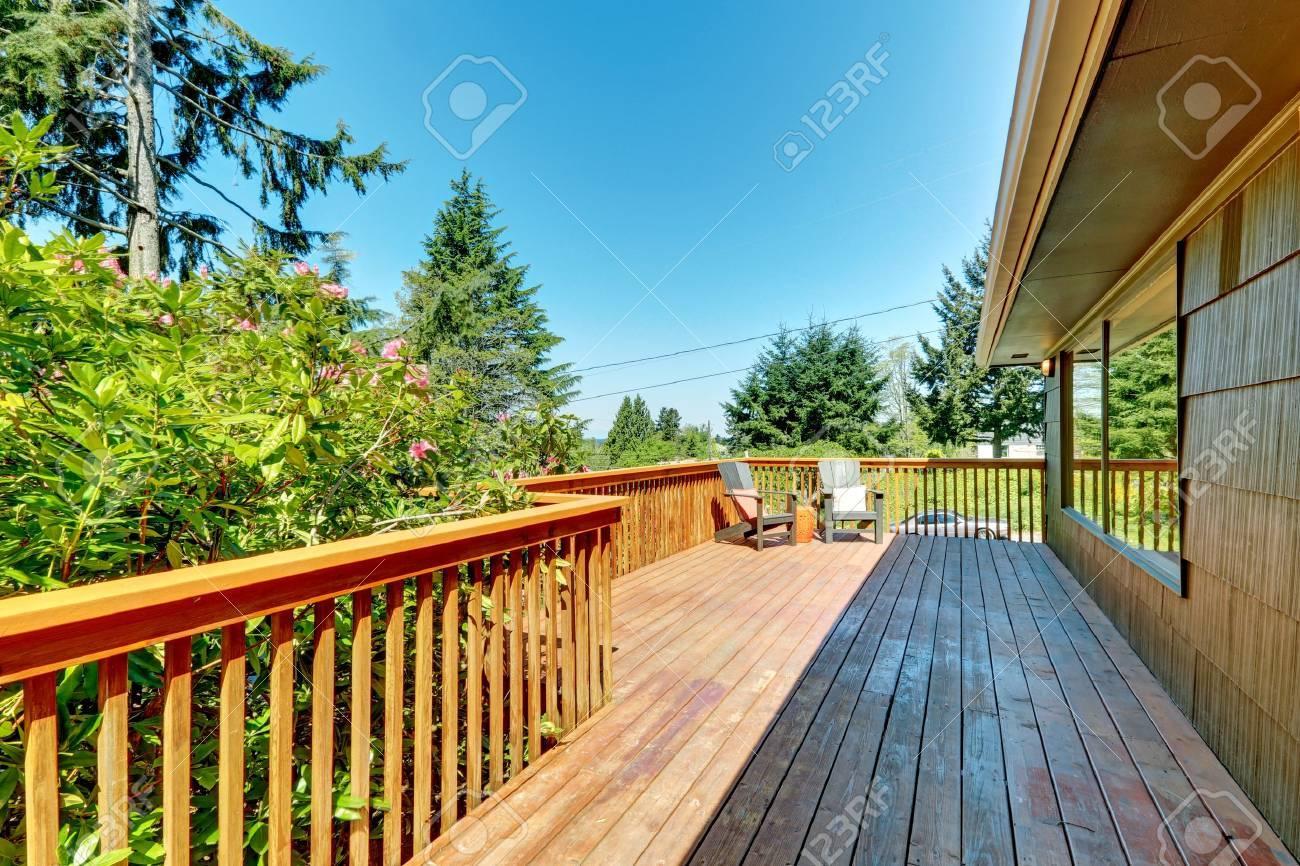 Grosse Deck Terrasse Mit Gelander Aus Holz Und Grune Landschaft