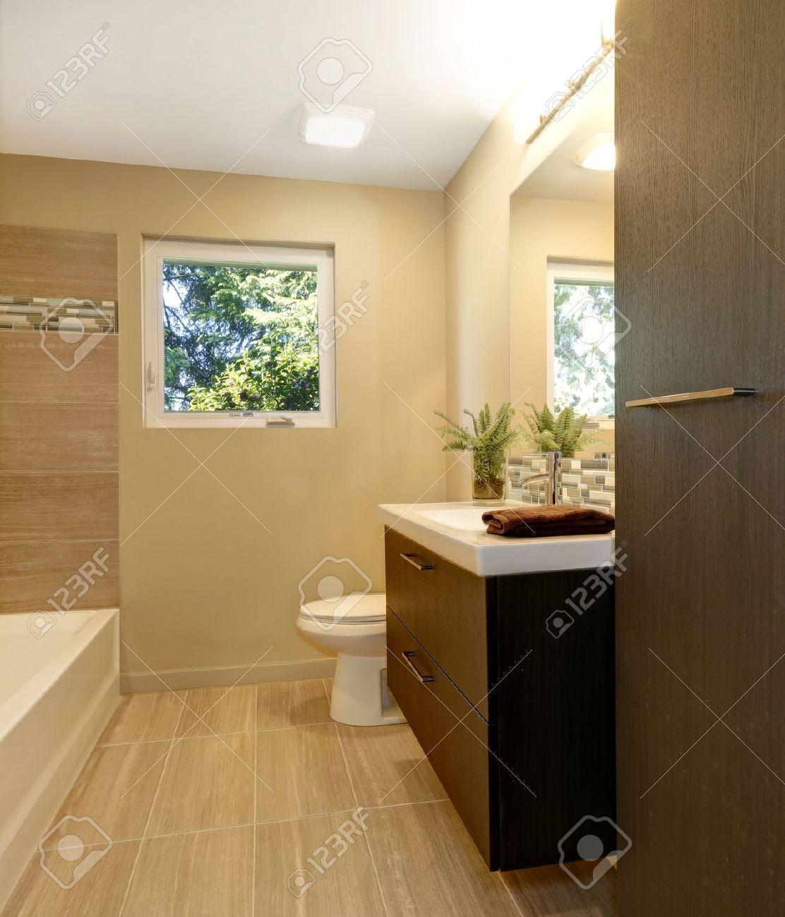 Beige nuevo cuarto de baño moderno, con muebles de madera de color ...