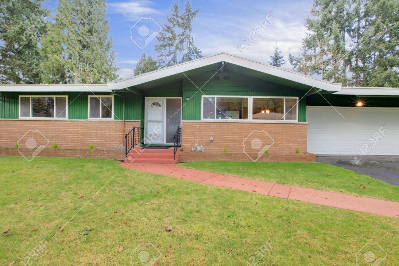 Rivestimento Casa In Legno : Una storia casa la metà rivestimenti in legno metà mattone foto