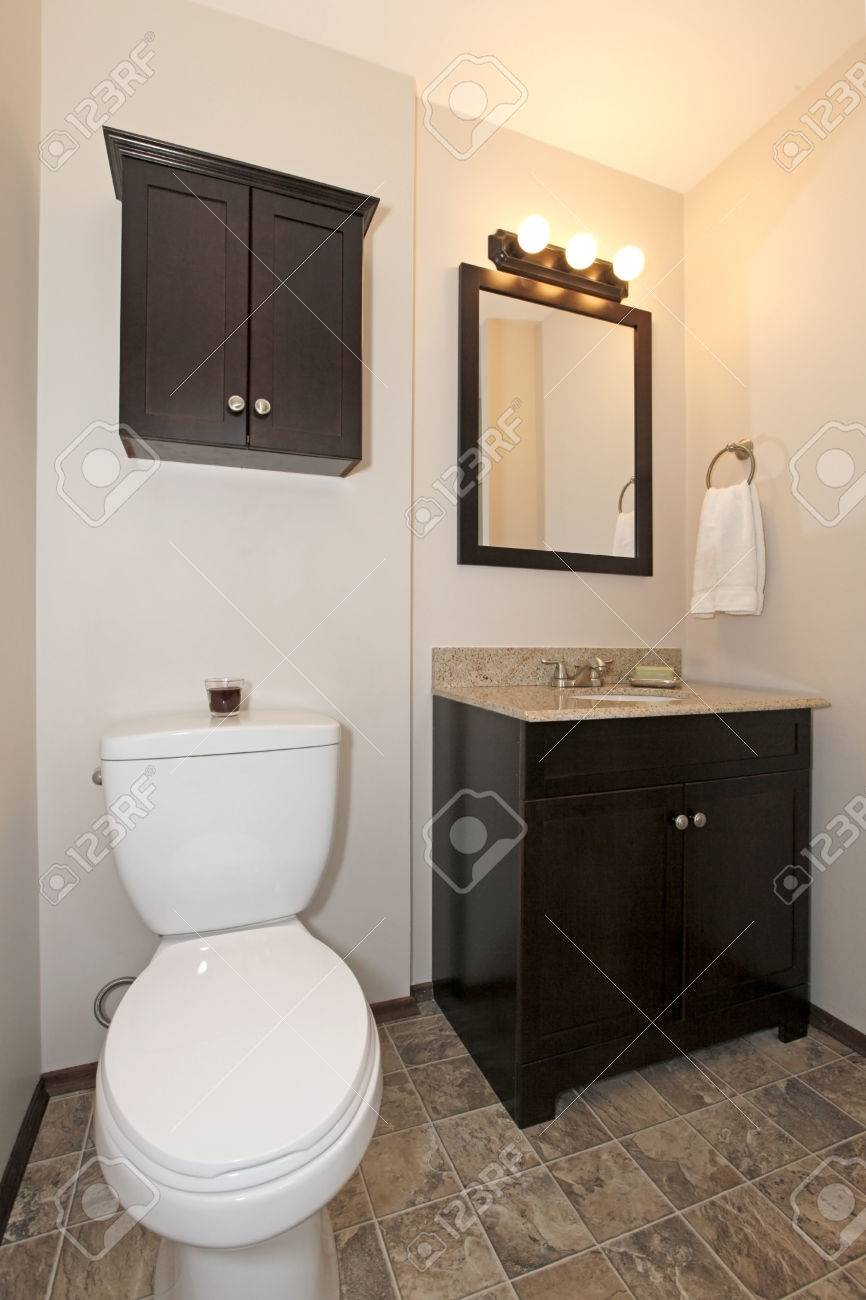 Elegantes Badezimmer Mit Dunkelbraunen Holzschranke Und Fliesenboden