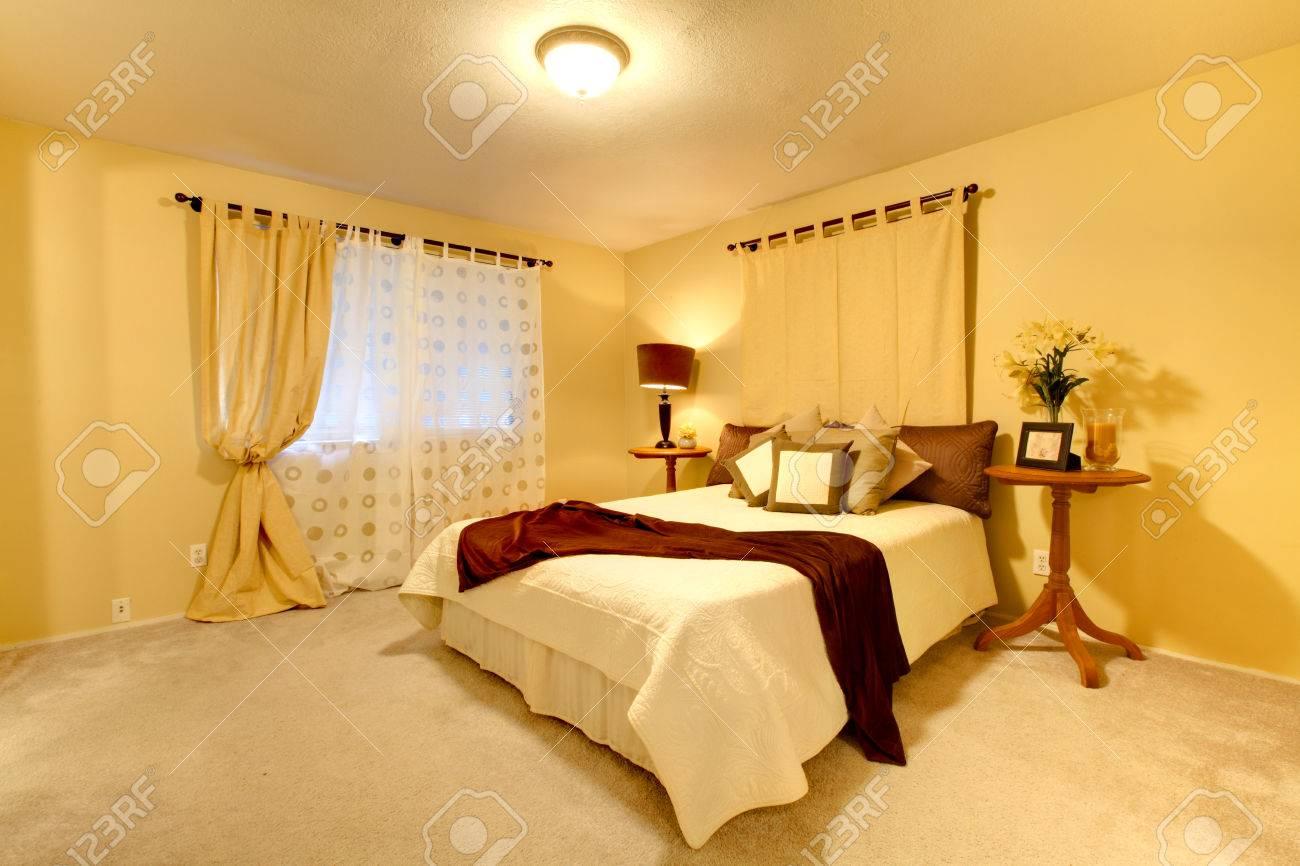 Chambre élégante Avec Des Murs Jaune Clair Et Identifié Chambre ...