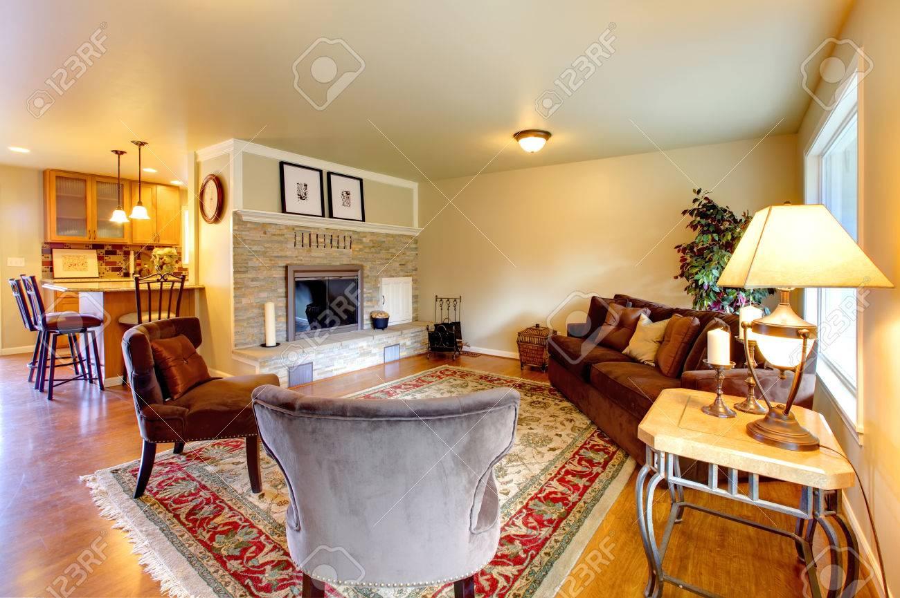 Elegante Eingerichtetes Wohnzimmer Mit Einem Stein Hintergrund Kamin ...