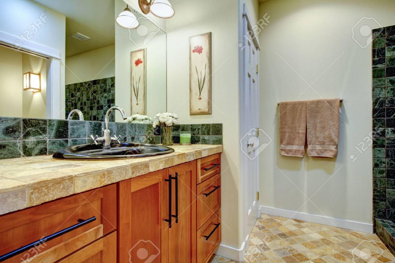 Een Gezellige Badkamer : Kleine gezellige badkamer met lichte bruine kabinetten steen