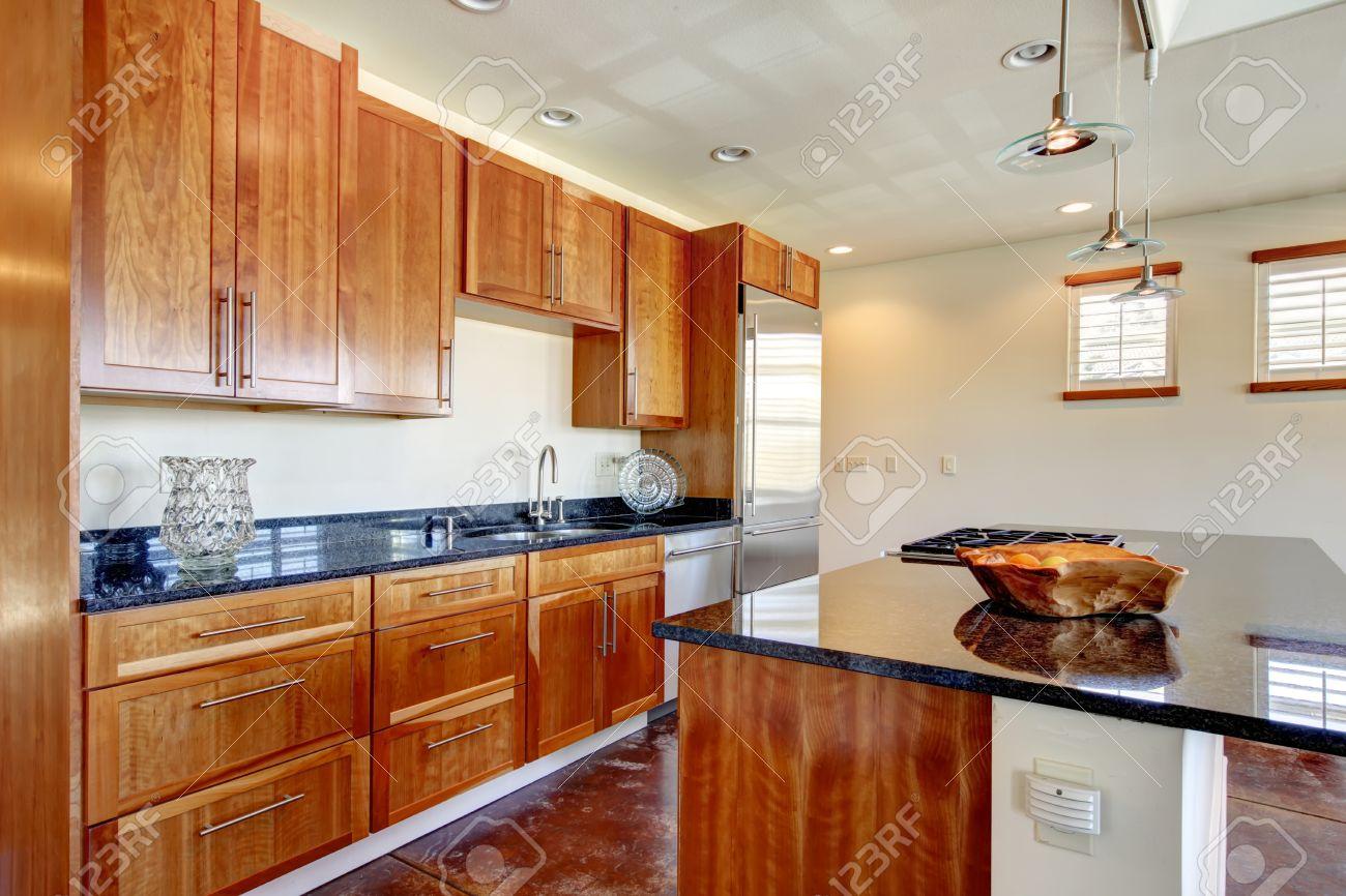 Helle Farbtöne, Moderne Küche Zimmer Mit Kirschfliesenboden Und ...