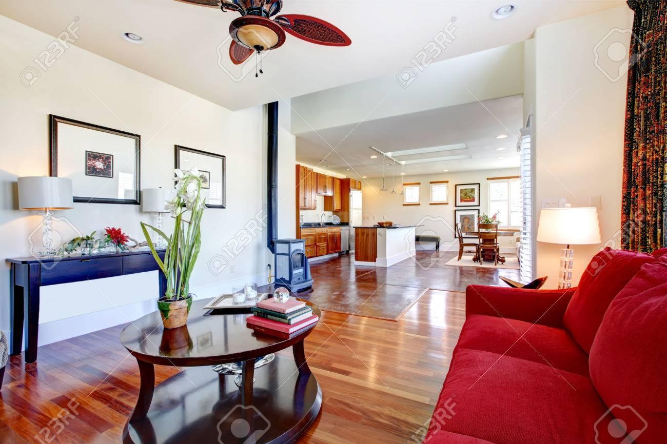Wunderbar Gestaltete Wohnraum Erweitert, Um Eine Helle Große Küche ...