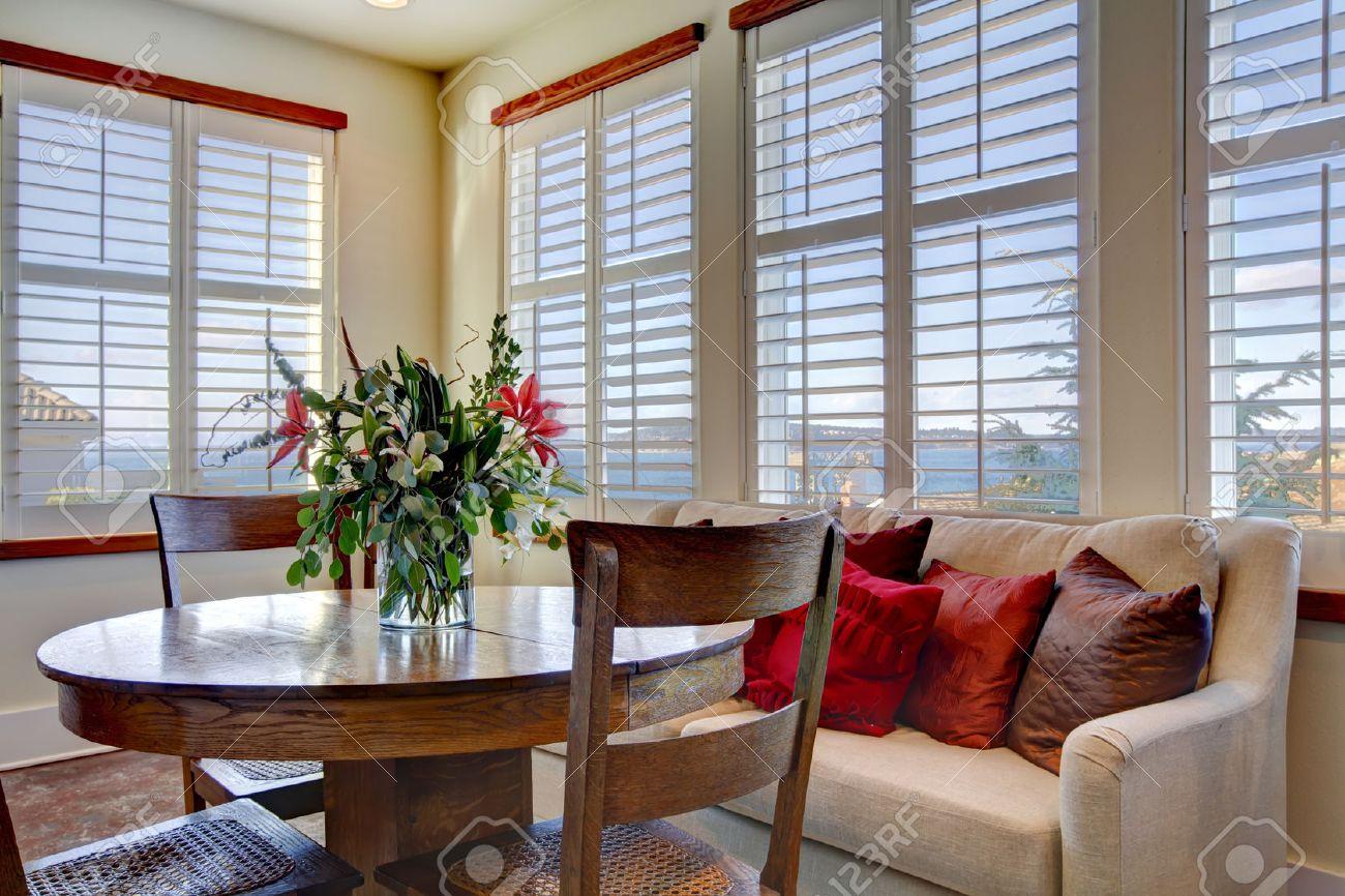 Les tons clairs belle salle à manger avec un ensemble de table de ...