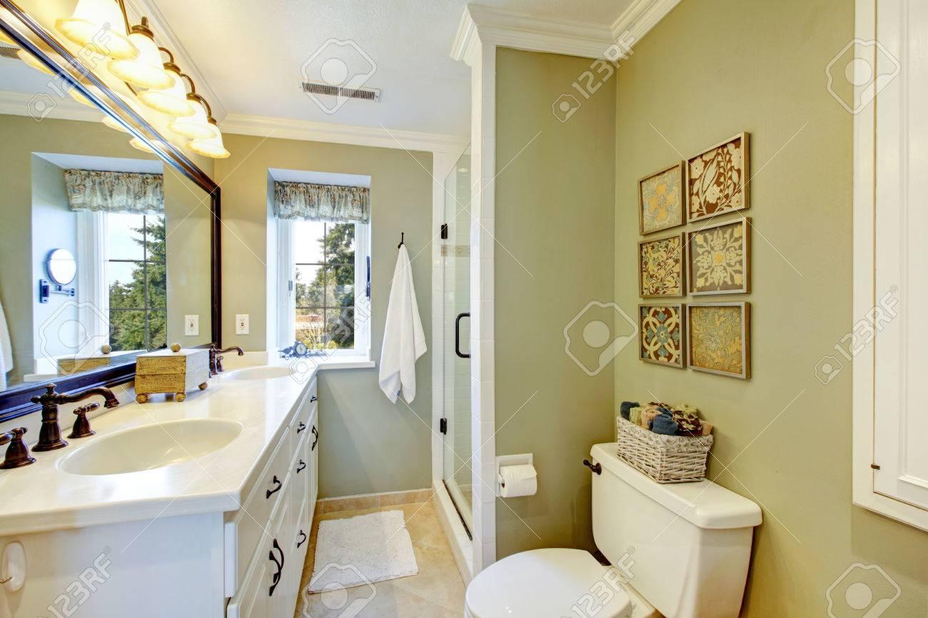 Oliv och vit ljust badrum med gammaldags inredning element royalty ...
