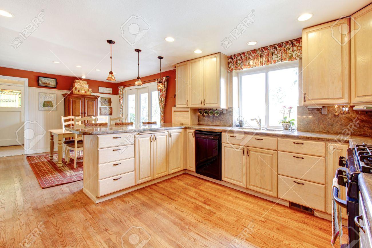 Habitación Luminosa Cocina Con Comedor Incluido. Tonos Claros Y ...