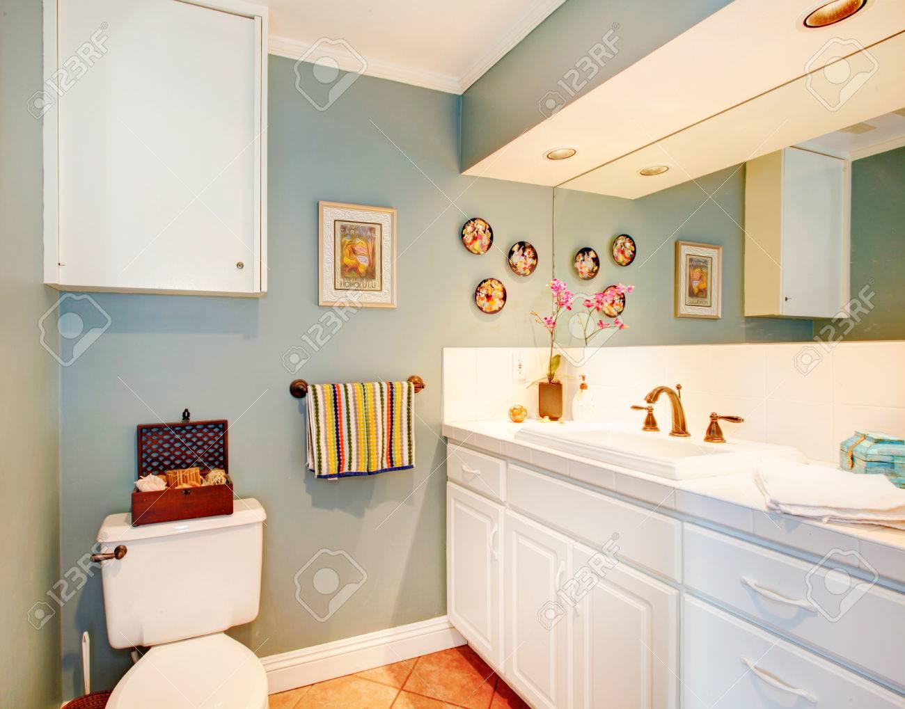 Gemutliche Hellblau Badezimmer Mit Fliesenboden Und Weisse Holzlager