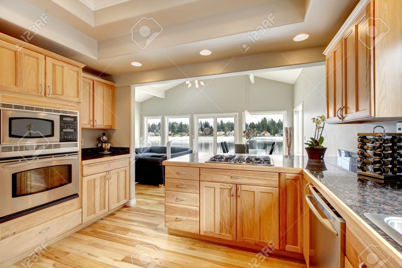 Houten keuken met lichte kleur kasten, hardhouten vloer, wihte ...