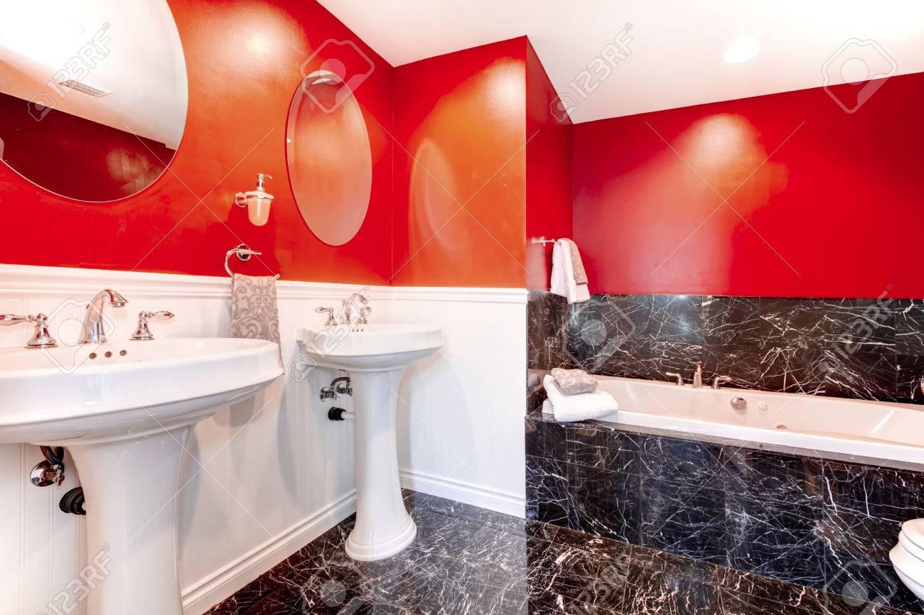 Salle de bain noir et rouge avec sol en béton noir