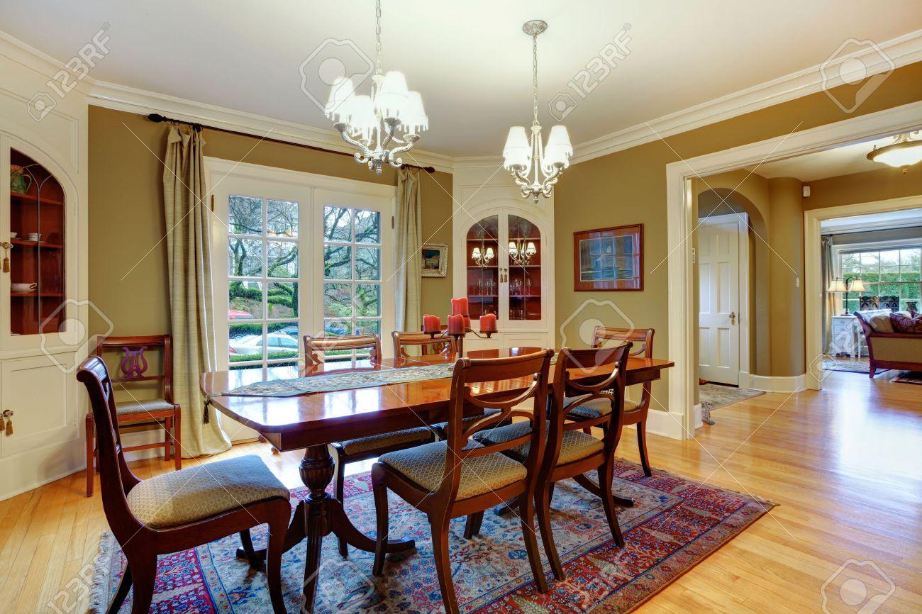 Élégante grande salle à manger avec des murs de couleur kaki ...