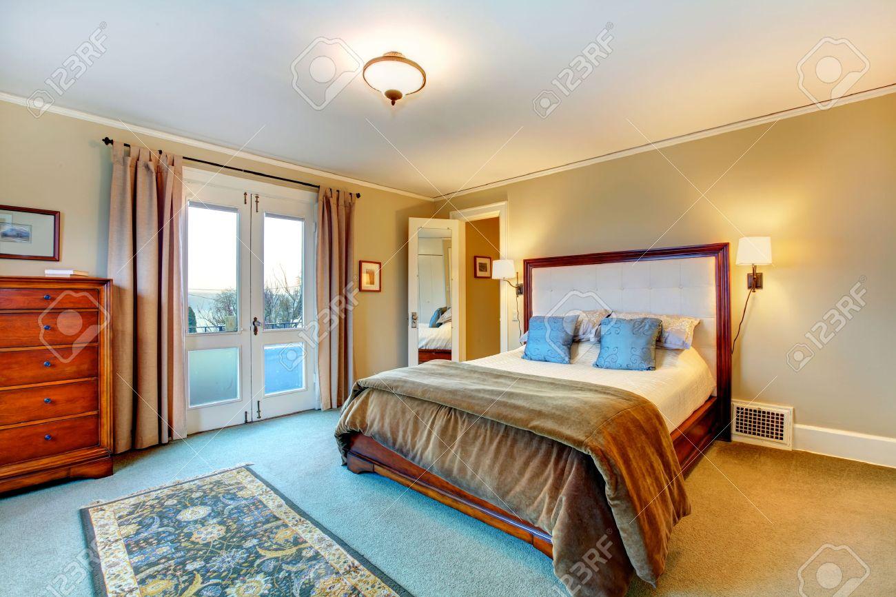 Standard Bild   Warme Farben Helles Schlafzimmer. Holzbett Mit Kopfteil Und  Königin Rustikalen Schrank