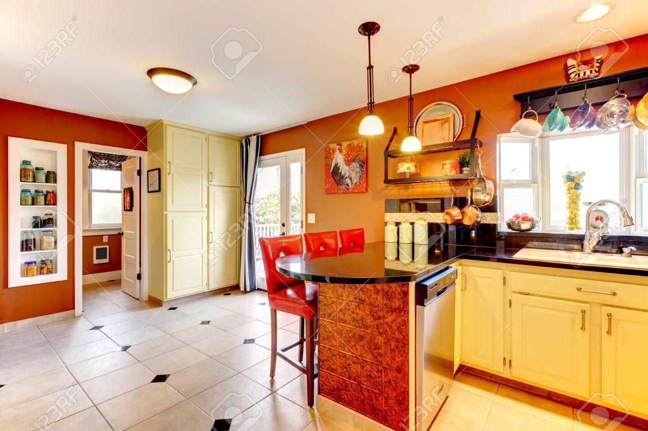 Kleine keuken kamer met gele houten kasten roest muren en beige ...
