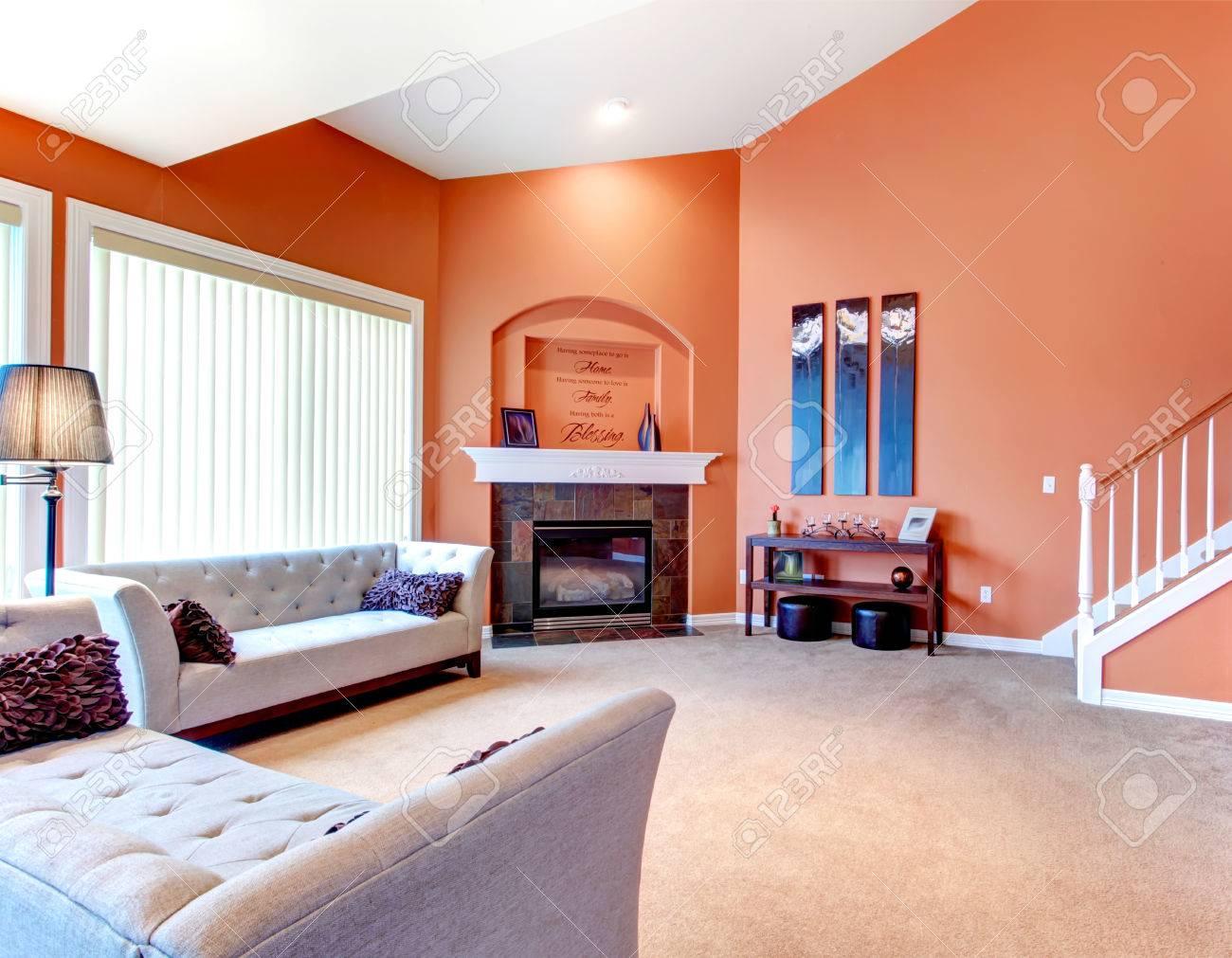 Orange Gemütliches Wohnzimmer Mit Teppichboden, Weißen Holztreppe ...