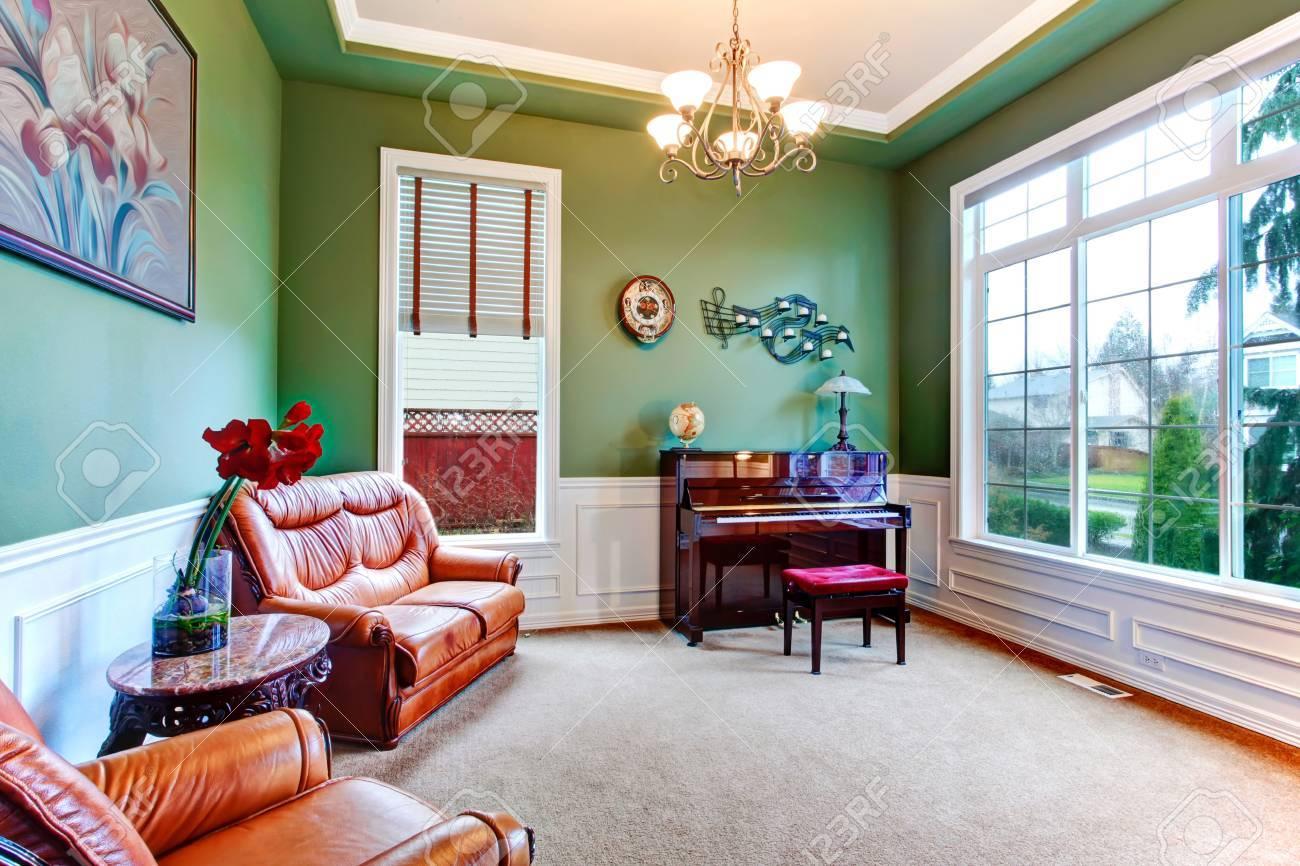 Sala De Estar Verde Con Amplia Ventana Suelo De Moqueta Y Muebles  # Muebles Marrones