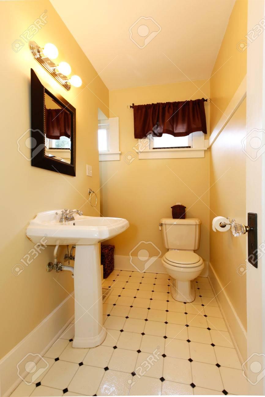 Baño Amarillo Con Suelo De Baldosas Diseñadas, Espejo De Marco De ...