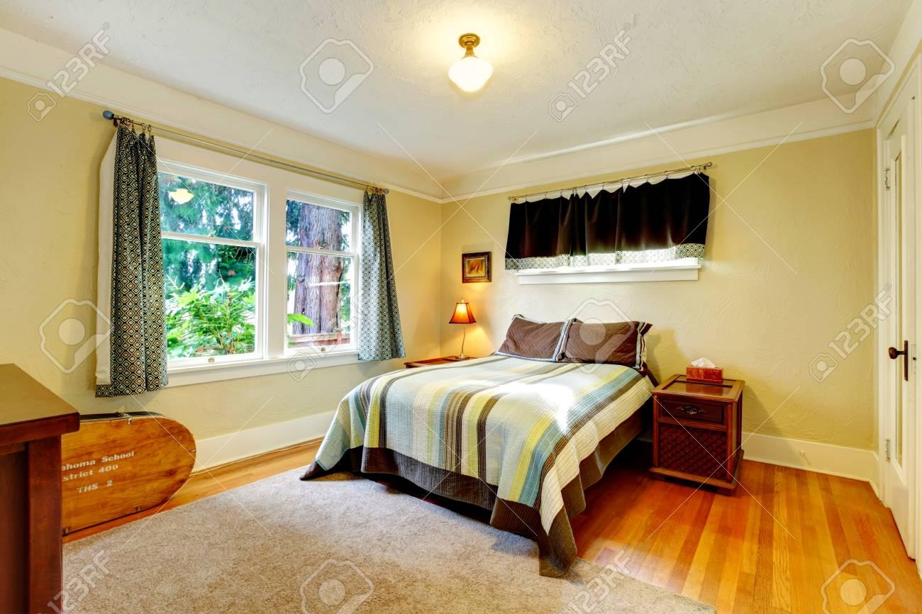 Gelbtönen Schlafzimmer Mit Weichen Beige Teppich Und Holzmöbel  Standard Bild   25561290
