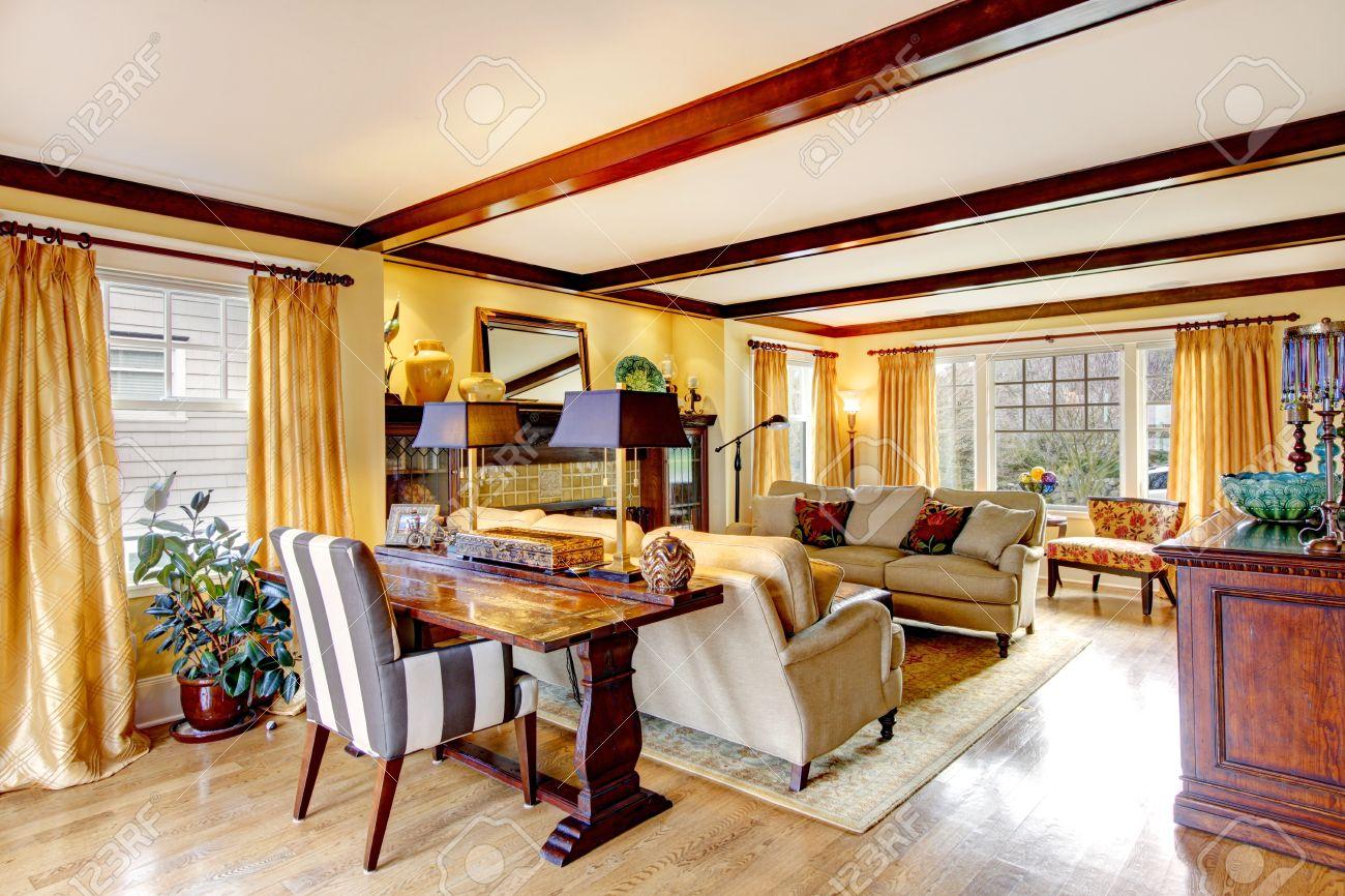 Gelb Gemutliches Wohnzimmer Mit Rustikalen Mobeln Parkett Teppich