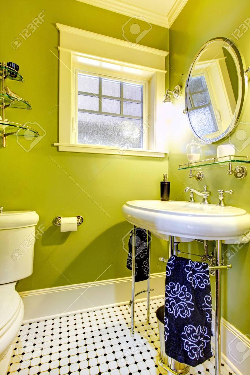 Petite salle de bains avec néon lumineux mur vert et carrelage conçu