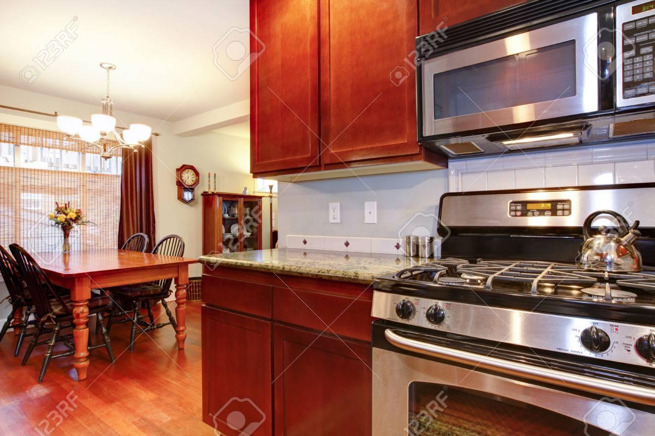 Bien Adaptado Cocina Y Comedor Con Muebles Rústicos De Madera Fotos ...