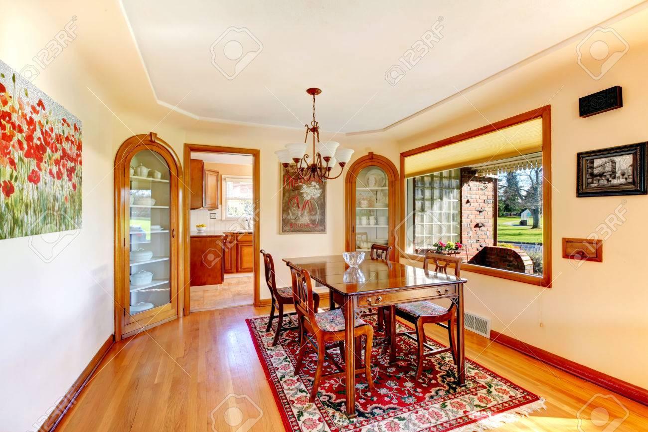 Ivoire salle à manger avec grande fenêtre donnant sur véranda ...