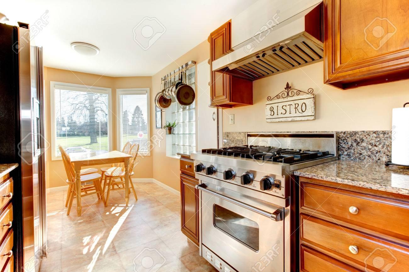 Große Helle Küche Entworfen Zimmer Mit Abgewinkelten Essbereich.  Cremefarbenen Wänden Gut Mit Beige Fliesen Und