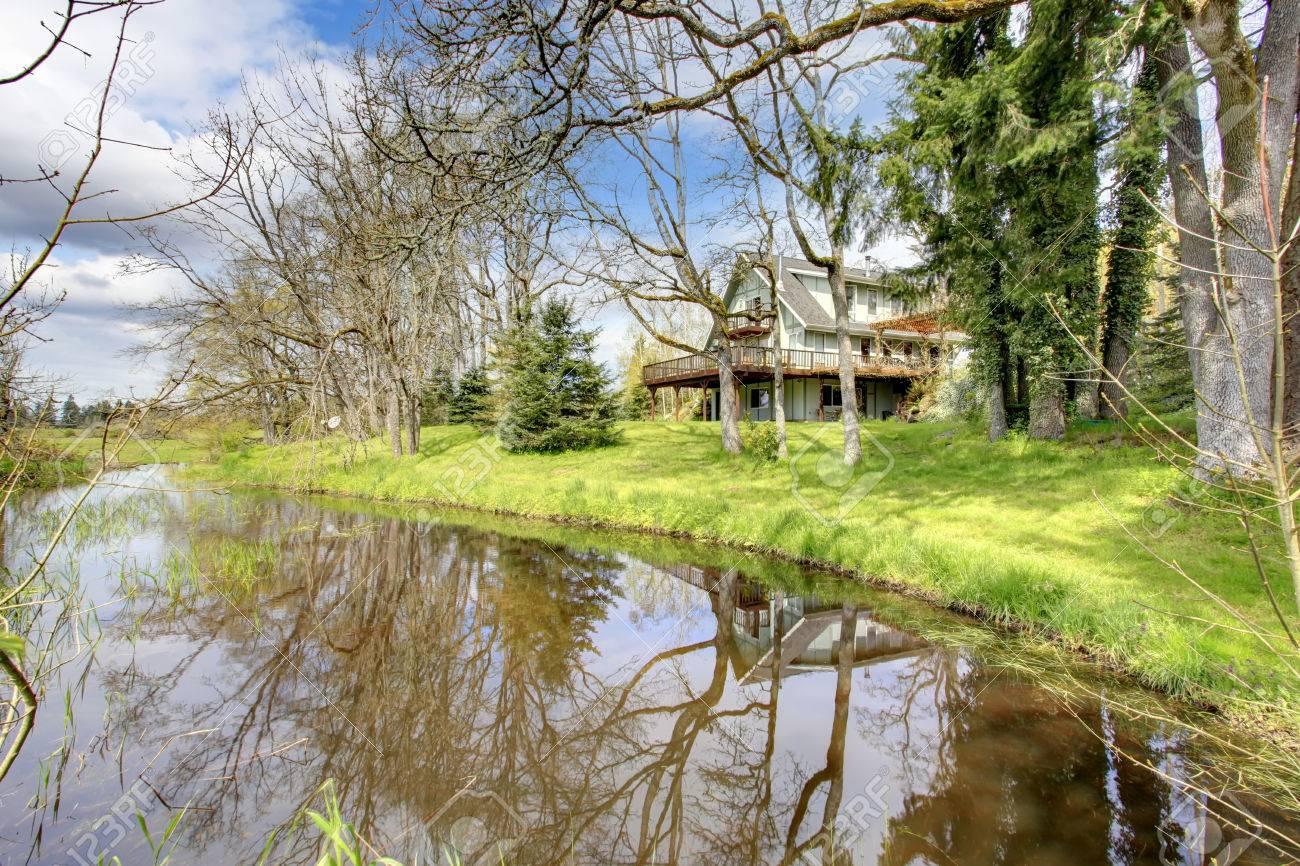 Gran Casa De Campo Con Terraza Opinión Del Patio Trasero En El Lago Y El Paisaje