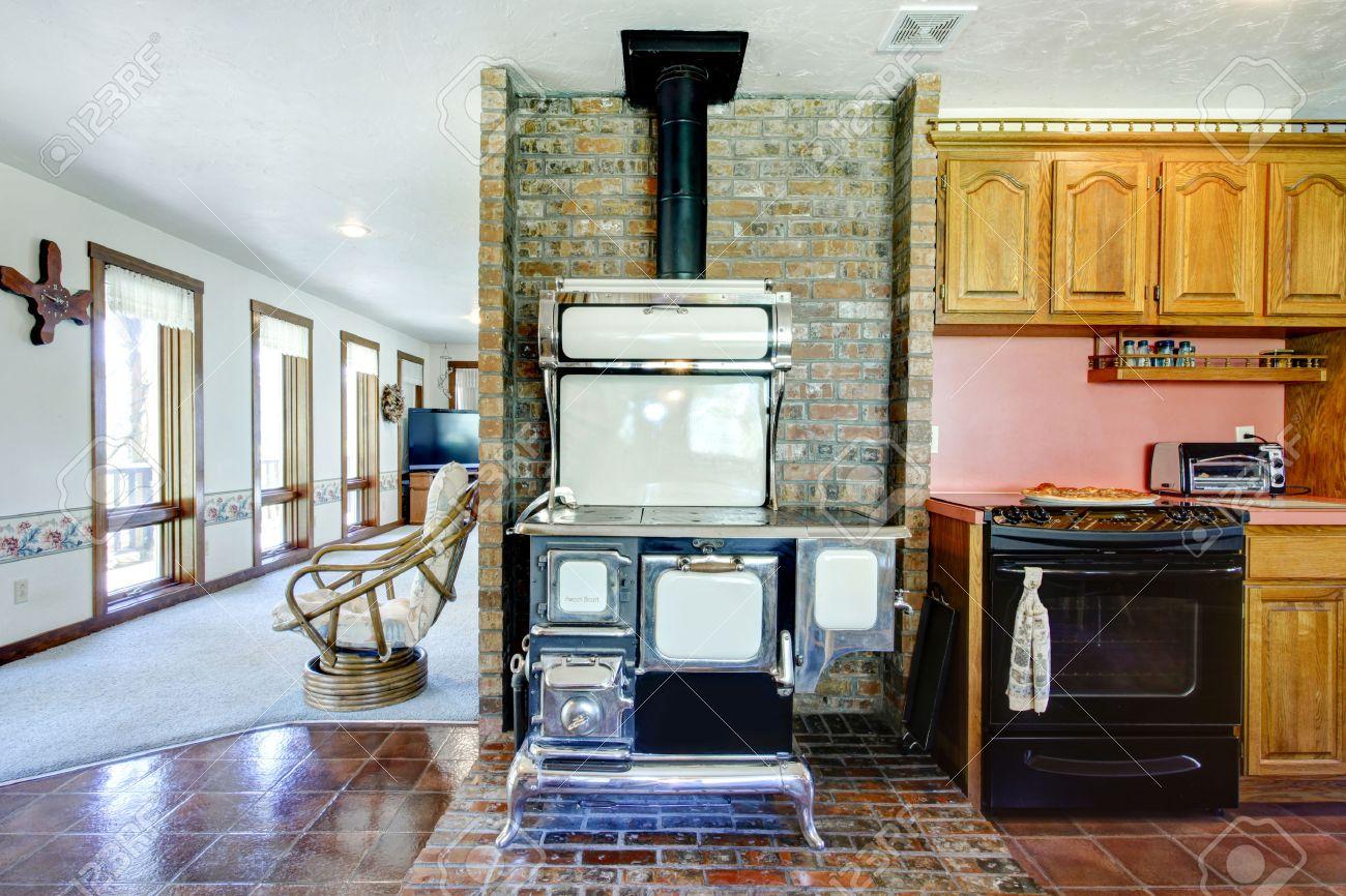 Grande idée de design pour salle de cuisine de la ferme. Mur de brique bien  assorti avec poêle antique