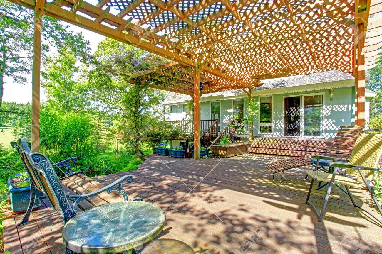 Großartige Idee Für Bauernhaus Hinterhof. Big Holzdeck Erweitert, Um Mit  Kleinen Gartenteich Pergola Standard