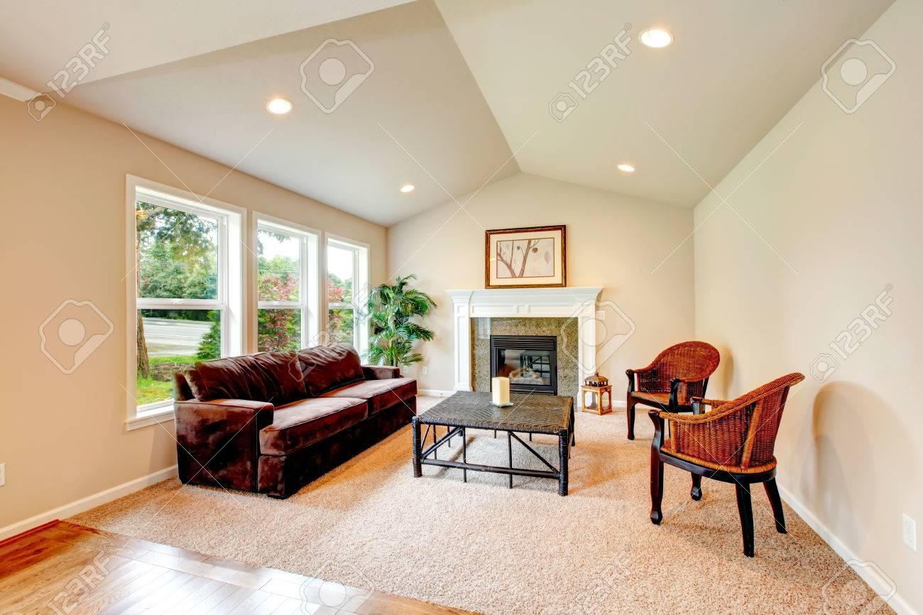 Helle Tropische Wohnzimmer Mit Gewlbter Decke Elfenbein Holz Und Korb Tisch Sthlen Kamin