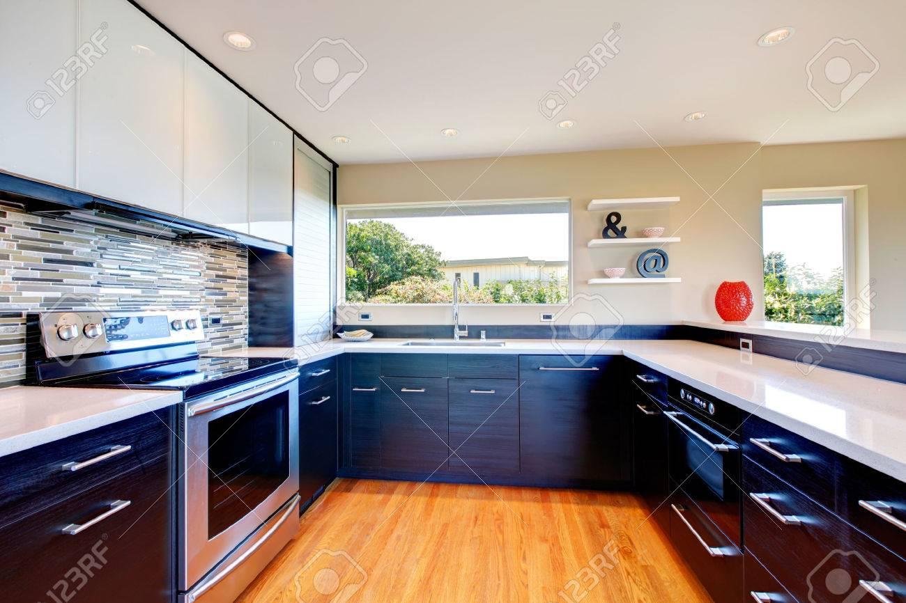 Elegante keuken kamer met zwarte houtopslag combinatie ...